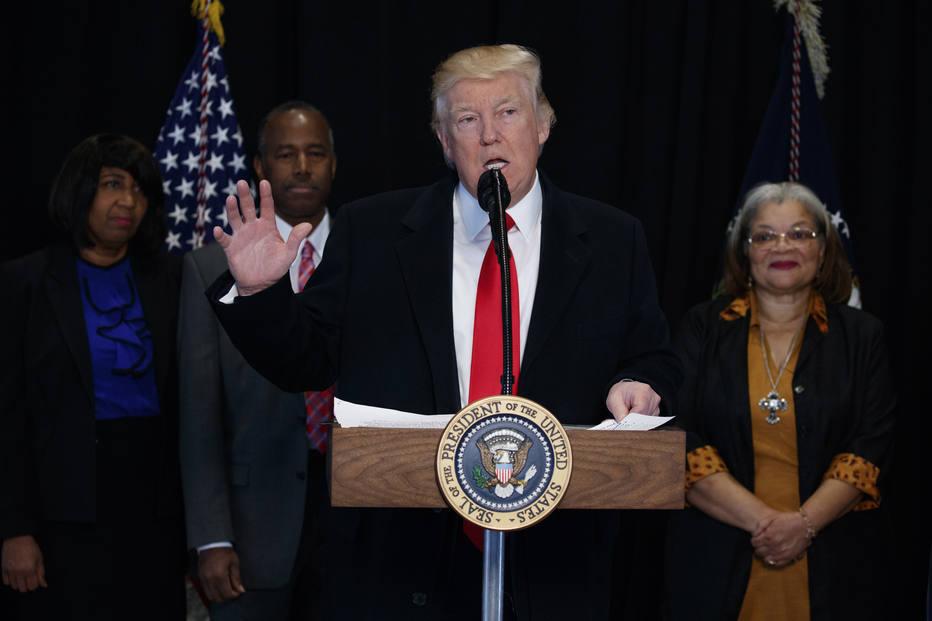 Trump revoga diretrizes de Obama e amplia número de imigrantes ilegais que podem ser deportados