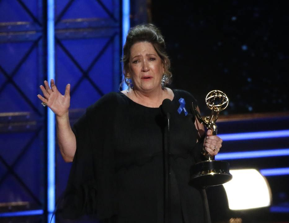 Ann Dowd recebe o Emmy de melhor atriz coadjuvante