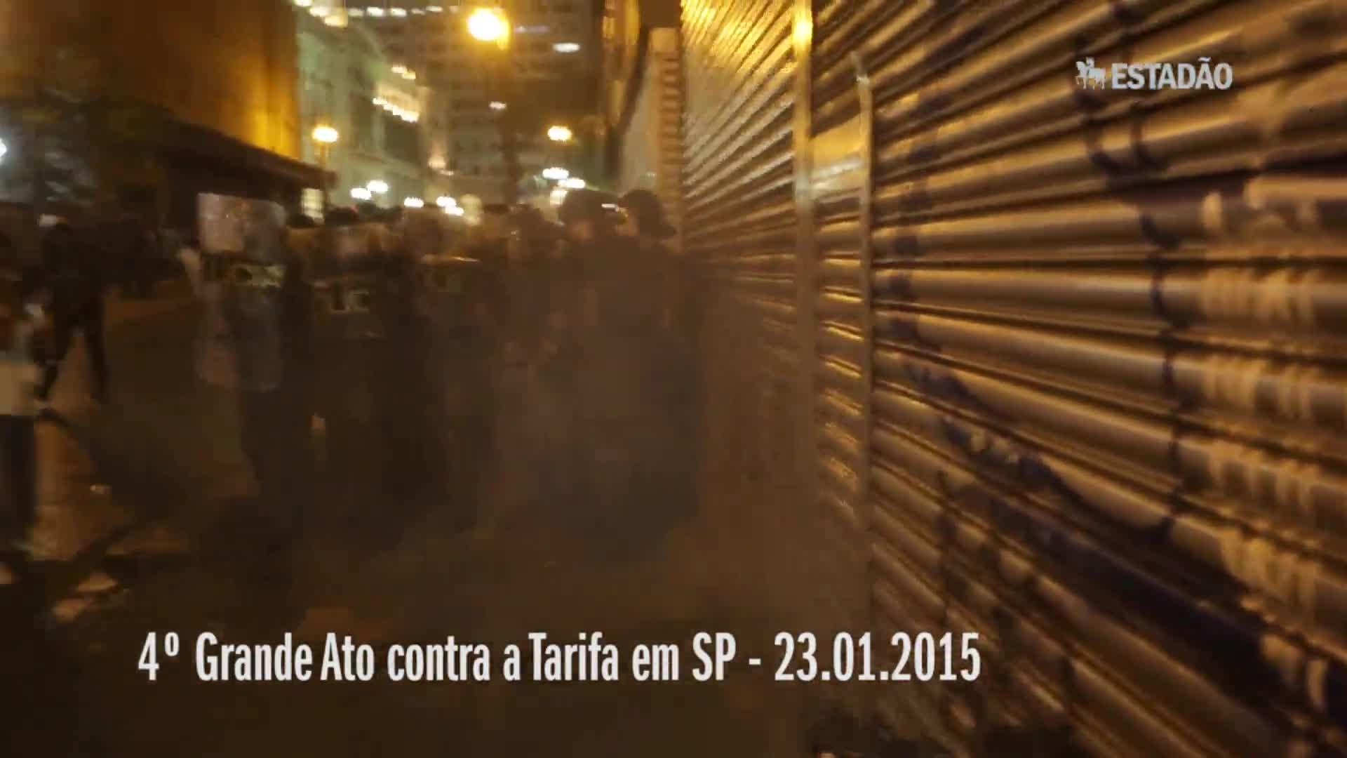 Mesmo sem ordem, policial dispara balas de borracha contra manifestantes