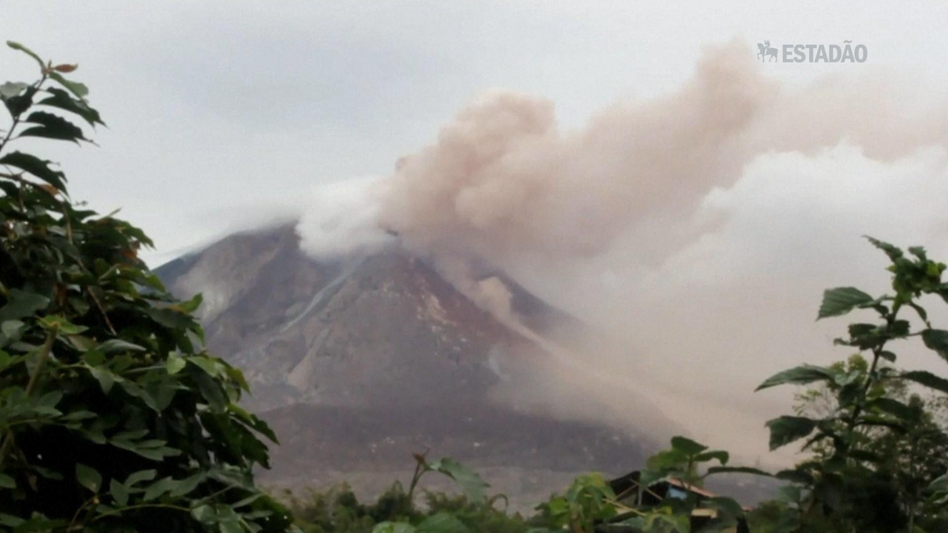 Vulcão entra em erupção após 400 anos
