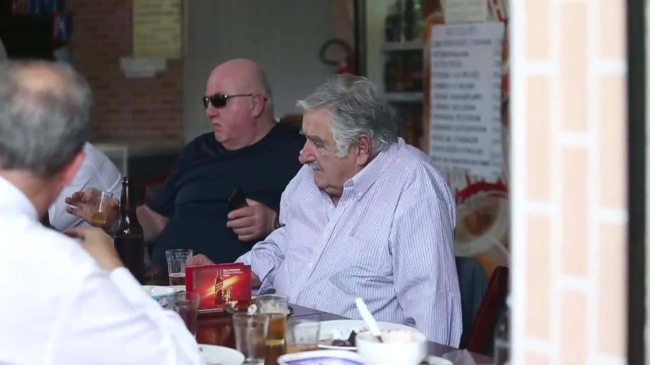 Mujica almoça em boteco no Rio de Janeiro