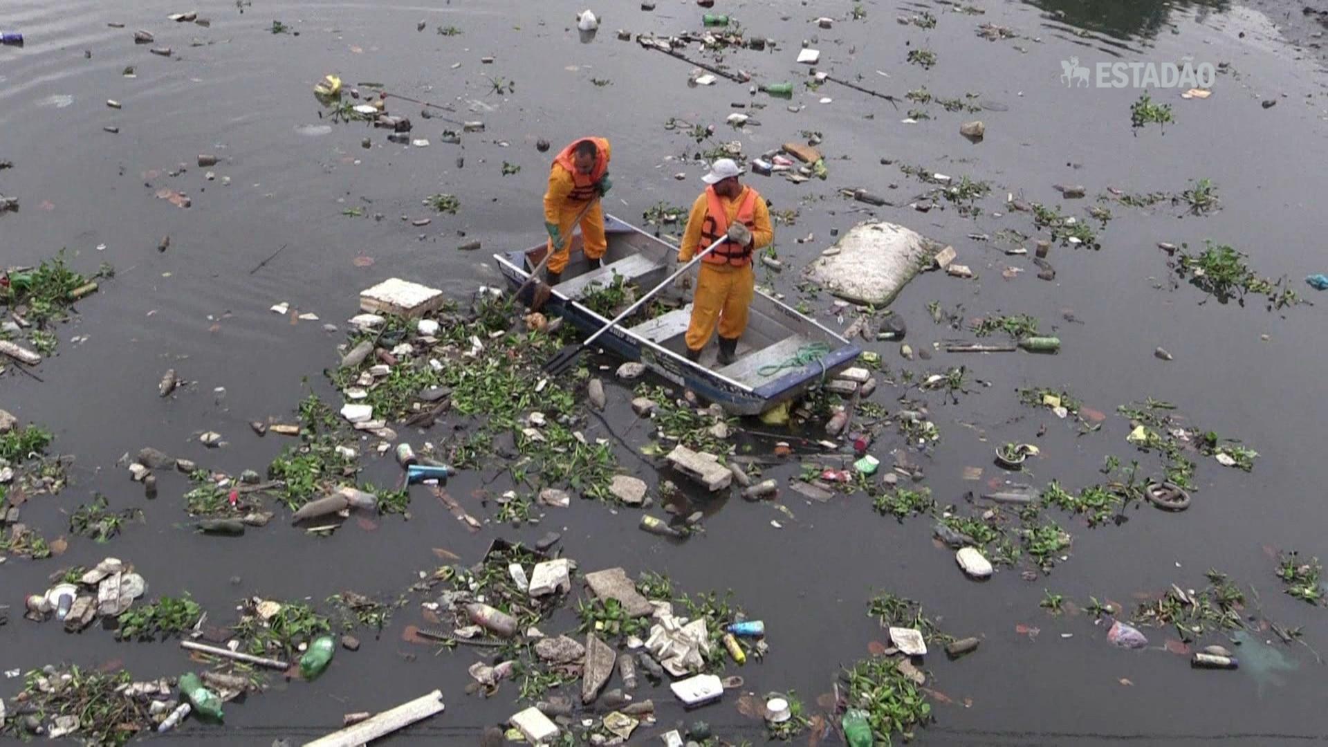 A corrida para retirar o lixo da Baía de Guanabara