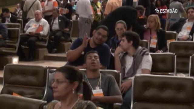 Militantes dormem durante discurso de Dilma