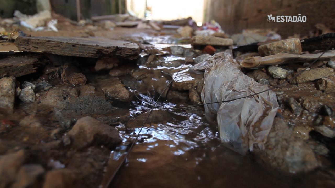 Moradores convivem com esgoto e obras pela metade