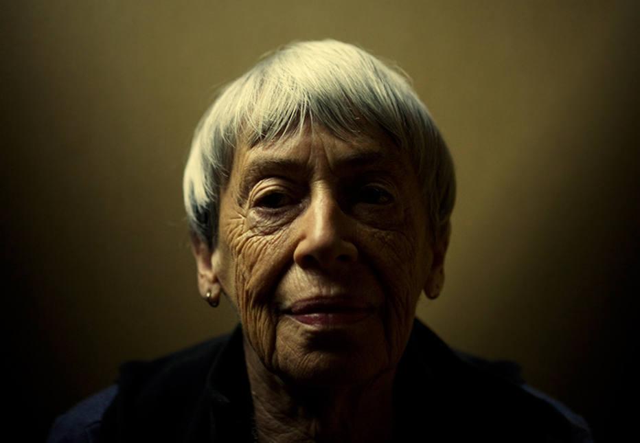 'Em tempos sombrios, as pessoas olham para escritores', afirma Ursula K. Le Guin