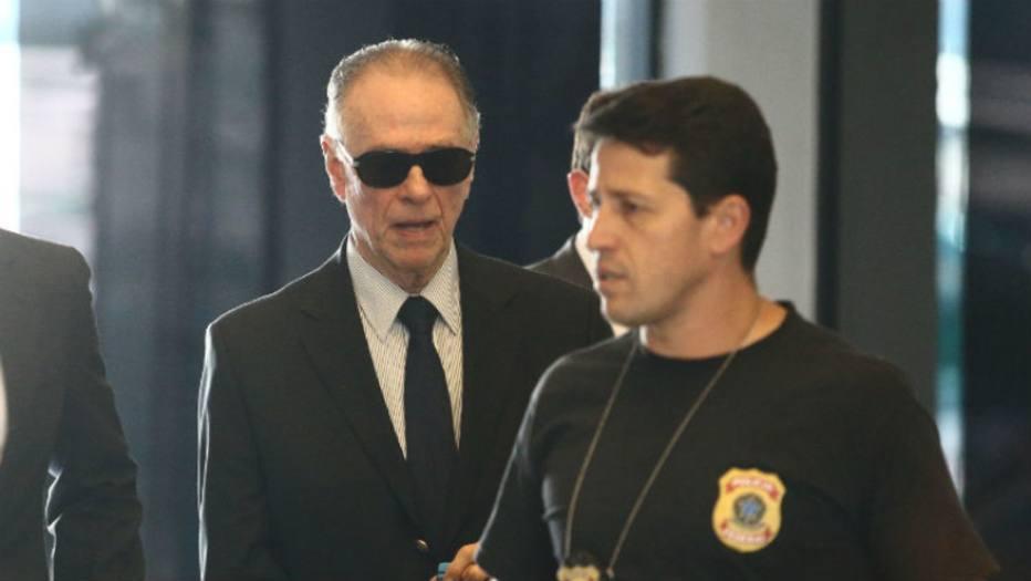 Nuzman (esquerda) chega à sede da PF, no Rio de Janeiro.