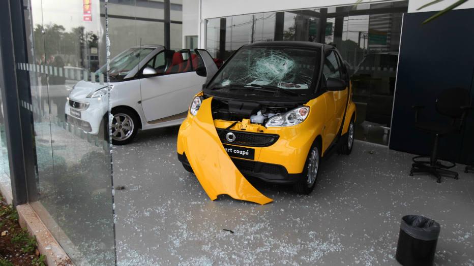 Concessionária da Mercedes-Benz foi atacada na Marginal Pinheiros