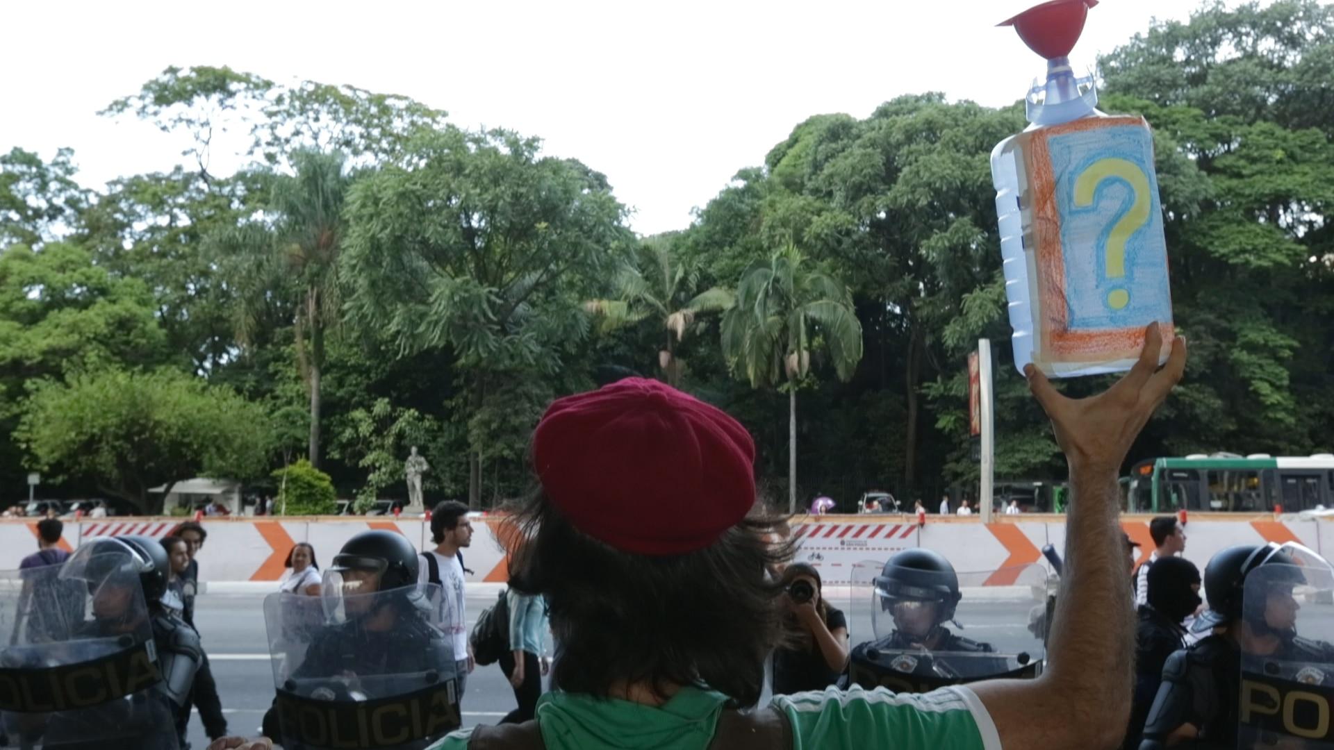 Manifestantes cobram explicações para a crise hídrica
