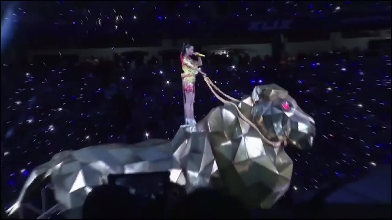 Katy Perry se apresenta no intervalo do Super Bowl