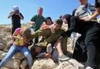 Mulheres palestinas lutam para libertar menino palestino preso por soldado israel