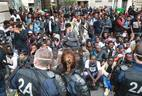 Polícia francesa remove imigrantes de acampamento debaixo do metro em Paris