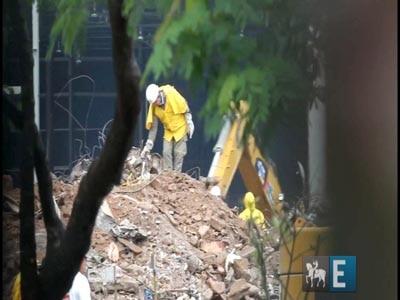 Bombeiros buscam corpos de vítimas dos desabamentos em depósito no Rio