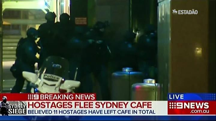 Após 16 horas, polícia invade café em Sidney e encerra sequestro