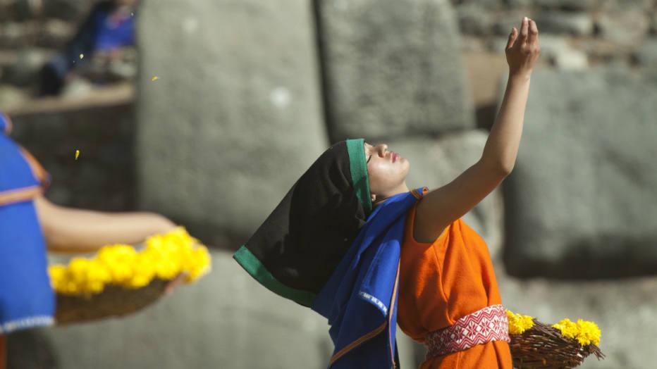 Ñustas, as eleitas, as favoritas do governante (chamadas também de virgens do Sol) purificam e abrem caminho para o Inca