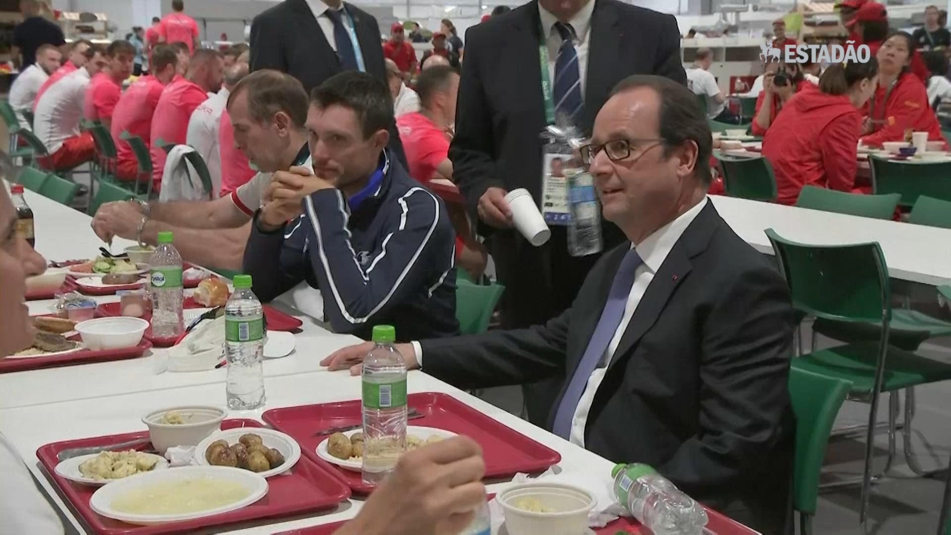 Hollande almoça com atletas na Vila Olímpica
