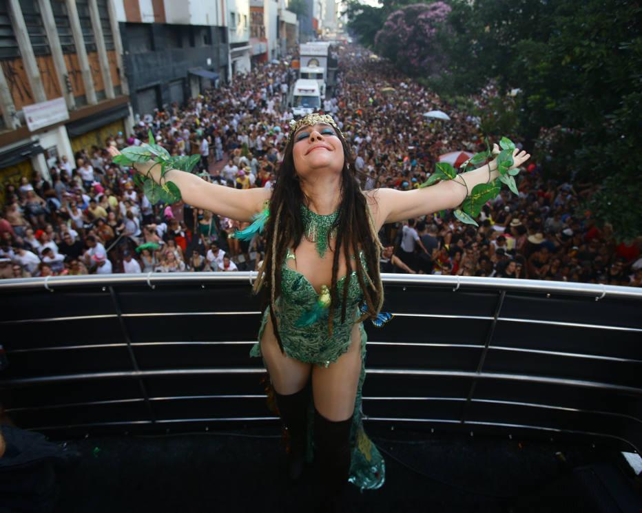 Calor embala folia de blocos pelas ruas de São Paulo e Rio