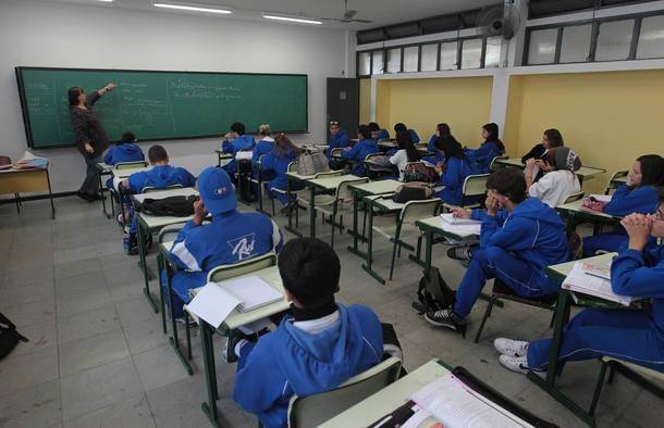 Resultado de imagem para professores no Brasil ganha 50% da média paga em países ricos