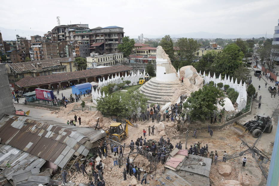 A histórica torre Dharara colapsou em Katmandu quando o terremoto ocorreu, logo depois do meio-dia local. Um policial disse que mais de 200 pessoas ficaram presas na estrutura.Construída em 1832 para a rainha do Nepal, a torre tinha mais de 60 metros de altura e estava aberta a visitantes nos últimos dez anos e tinha um terraço para apreciar a vista. Muitos corpos foram encontrados nas ruínas da construção