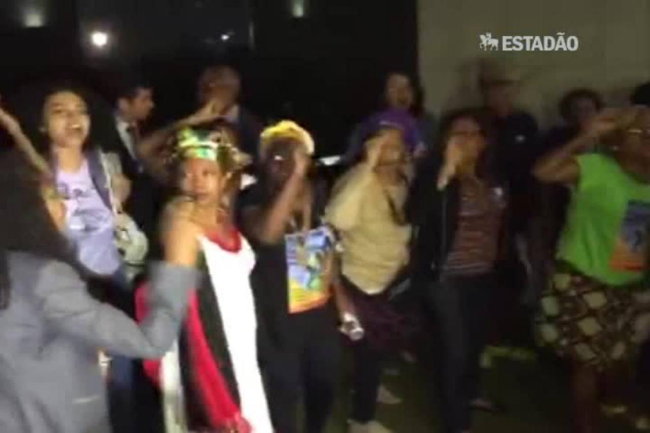 Mulheres negras pedem saída de Cunha em protesto na porta da Câmara