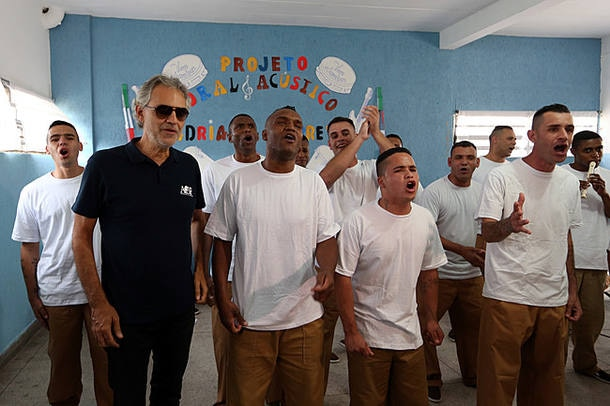 Andrea Bocelli canta com detentos de presídio em Guarulhos