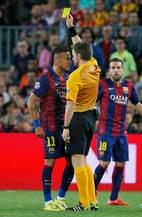 Neymar leva cartão amarelo do árbitro Nicola Rizzoli por reclamação no jogo contra o Bayern de Munique pelas semifinais da Liga dos Campeões. Foto:Reuters / Paul Hanna