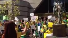 Brasileiros cantam o Hino nacional - Santiago Chile