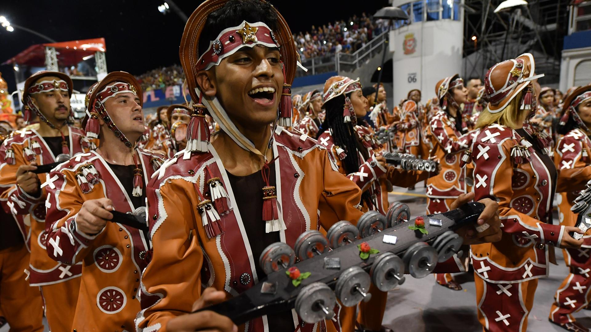Veja os melhores momentos do desfile da Dragões da Real