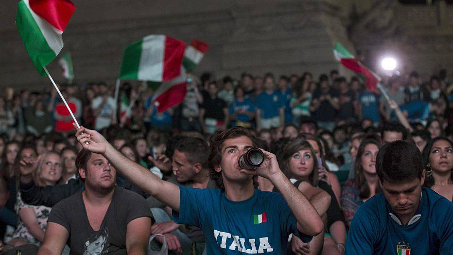 . Rome (Italy), 14/06/2014.- Italian supporters gather in a public viewing area in Rome to watch the Brazil FIFA World Cup 2014 group D preliminary round match between England and Italy, Rome, Italy, 14 June 2014. (Italia, Brasil, Mundial de Fútbol) EFE/EPA/MASSIMO PERCOSSI