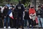Centenas de imigrantes do Leste da Europa e de refugiados da África e do Oriente Médio foram retirados de acampamento improvisado no norte da capital francesa