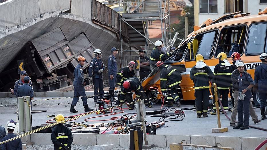 Pelo menos oito viaturas dos bombeiros, além de policiais militares e equipes do Serviço de Atendimento Móvel de Urgência (Samu) foram mobilizadas para atender à ocorrência. No caso do ônibus, passageiros deram sorte porque apenas a frente do veículo foi atingida