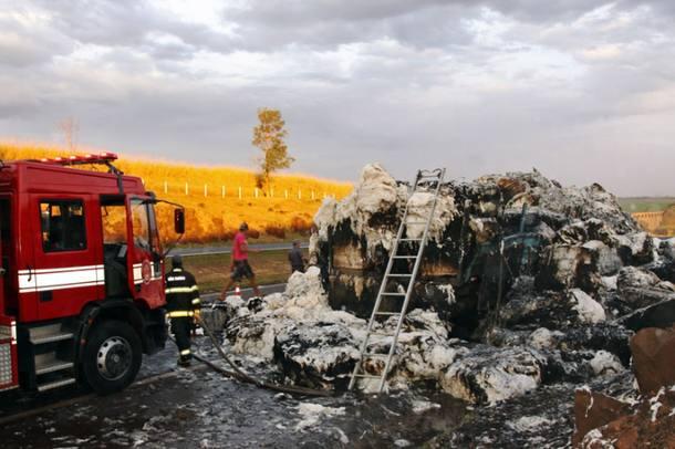 Caminhão carregado de algodão pega fogo na Rodovia Anhanguera próximo à Jardinópolis/SP.30/07/2011