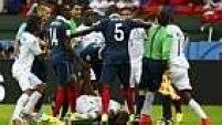 Logo no início do primeiro tempo, o francês Pogba e o hondurenho Wilson Palacios se estranharam em um lance e receberam cartão amarelo.