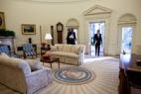 Barack Obamafoi eleito em 4 de novembro de 2008 para o seu primeiro mandato à frente dos Estados Unidos. Na imagem, Obama entrano Salão Oval da Casa Branca na manhã de 21 de janeiro de 2009 para seu primeiro dia como presidente dos EUA