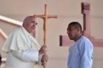 Francisco recebe uma cruz feita por um detento da penitenciária de Ciudad Juárez, que ele visitou antes de celebrar sua última missa no país
