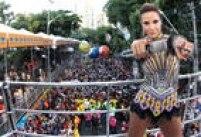 Outra presença marcante no Carnaval de Salvador foi Ivete Sangalo. Em seu repertório, a anfitrã canta os seus principais sucessos e homenageia o Olodum, para delírio dos foliões.