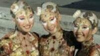 """FA02 LONDRES (REINO UNIDO) 02/09/2014.- Artistas del Circo del Sol actúan en las escaleras del Royal Albert Hall durante la presentación de su espectáculo """"Kooza"""" en Londres (Reino Unido) hoy, martes 2 de septiembre de 2014. El espectáculo se estrenará en Londres el 6 de enero de 2015. EFE/Facundo Arrizabalaga"""