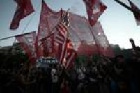 """Manifestantes carregavambandeiras e cartazes que traziam mensagens como """"Fora da Argentina, Obama!"""" e outras expressões de repúdio"""