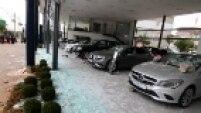 Tropa de Choque chegou ao local quando a concessionária de carros de luxo já havia sido atacada