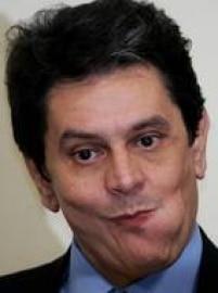 """Dirceu deixa a Casa Civil após o deputado Roberto Jefferson (PTB-RJ) denunciar o pagamento no governo Lula de """"mesada"""" por parte do PT a parlamentares em troca de apoio. Ele retorna à Câmara, mas no fim do ano tem o mandato cassado. Um ano depois, Dirceu é denunciado pelo Ministério Público, que o aponta como """"chefe de quadrilha""""."""