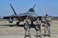 Além disso, em razão do aumento das tensões na península, os EUA enviaramquatro caças F-22 Raptor para base aérea na Coreia do Sul