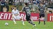 Mas os melhores momentos do Corinthians eram mesmo em jogadas de bola parada. Uma delas com Anderson Martins, para fora