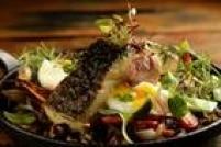 O Praça São Lourenço terá bacalhau com trio de arroz, ovo perfeito e legumes tostados, no bufê de almoço (R$ 116) da Sexta-feira Santa. R. Casa do Ator, 608, V. Olímpia, 3053-9300.