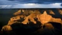 Ao longo de seus 60 milhões de anos sendo esculpido pelo Rio Colorado, no norte do Estado americano do Arizona, o Grand Canyon acumula título de patrimônio mundial da Unesco, além de ser um dos campeões em número de visitantes nos Estados Unidos. Desde o rio até o topo, seu desfiladeiro tem mais de 1.600 metros de altura. Do alto da passarela suspensa do Hualapai Indian Reservation é possível avistar as camadas de rocha expostas, que ganham luz especial ao entardecer.