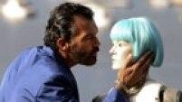 """GRA033 SAN SEBASTIAN (Guipúzcoa), 20/9/2014.- El actor Antonio Banderas posa con un """"robot"""" antes de presentar su película """"Autómata"""", una cinta futurista y distópica donde la """"singularidad"""" es ya un hecho y el personaje que interpreta una pieza indispensable para guiar a la humanidad; un proyecto que compite por la Concha de Oro en el que el malagueño ha puesto todo su corazón. EFE/Juan Herrero."""