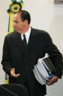 Denúncia de propina derruba Waldomiro Diniz, subchefe de Assuntos Parlamentares, homem de confiança de Dirceu. O assessor foi exonerado após suspeita de ter recebido propina de bicheiros para a campanha do PT, em 2002. Foi o primeiro caso de corrupção envolvendo um integrante da gestão.
