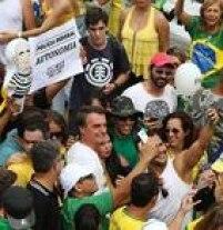 Deputado federal Jair Bolsonaro (PP-RJ) participa de protesto em Brasília e é muito assediado por manifestantes