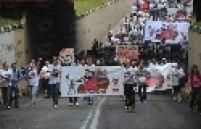 Cerca de 200 manifestantes participaram de uma passeata e um protesto diante do prédio do Ministério Público do Rio Grande do Sul, em Santa Maria, para pedir a inclusão de mais réus nos processos contra responsáveis pela tragédia da boate Kiss, nesta segunda-feira.