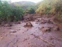 Após o rompimento, a lama atingiu rapidamente o distrito de Bento Rodrigues, destruindo casas e encobrindo ruas e praças.