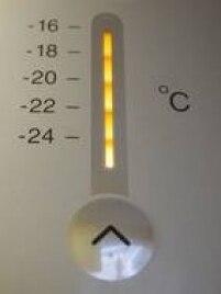 No período de férias, ajustar o seu refrigerador para a posição de inverno, ou de mínimo consumo, vai ajudar a reduzir a conta. Dessa forma, a geladeira trabalhará em velocidade reduzida, economizando energia sem prejudicar os alimentos nela conservados