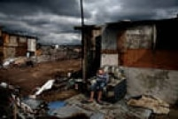 O fotógrafo italianoValerio Bispuri registrou a imagem de um menino dormindo ao relento em Lomas de Zamora, uma favela argentina,em 2010,